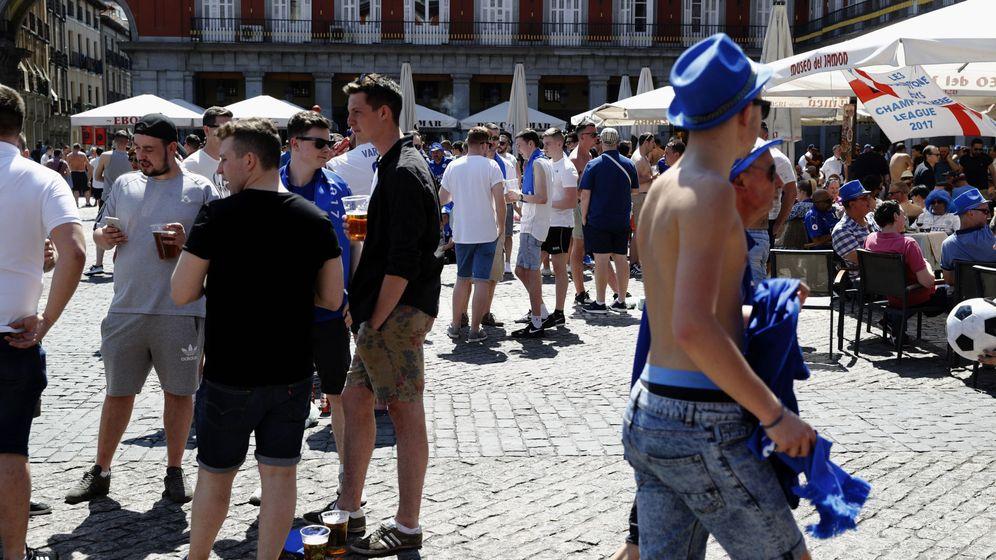 Foto: Fans del Leicester en la plaza Mayor. (EFE)
