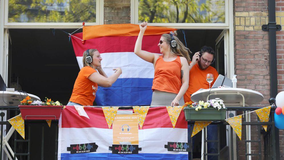 Foto: Una fiesta en un balcón de Países Bajos. (Reuters)