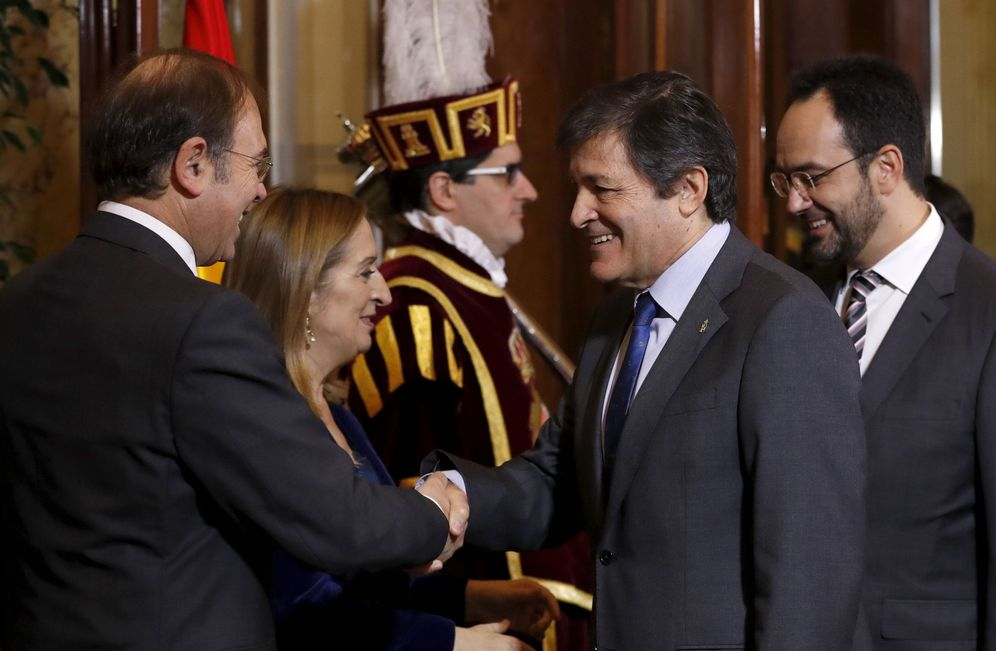 Foto: Javier Fernández y Antonio Hernando saludan a los presidentes de Congreso y Senado, Ana Pastor y Pío García-Escudero, este 6 de diciembre. (EFE)