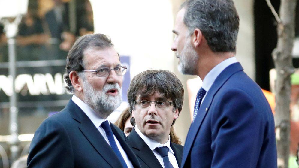 Foto: El presidente del Gobierno, Mariano Rajoy, junto a Carles Puigdemont y el Rey. (Reuters)