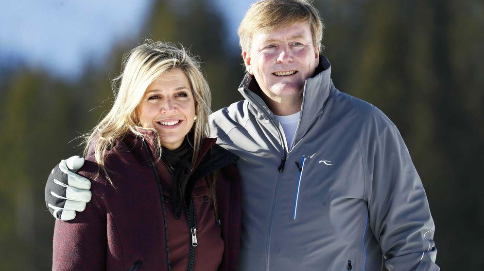 Foto: Guillermo y Máxima, durante el posado familiar en la estación de esquí de Lech, en 2019. (EFE)