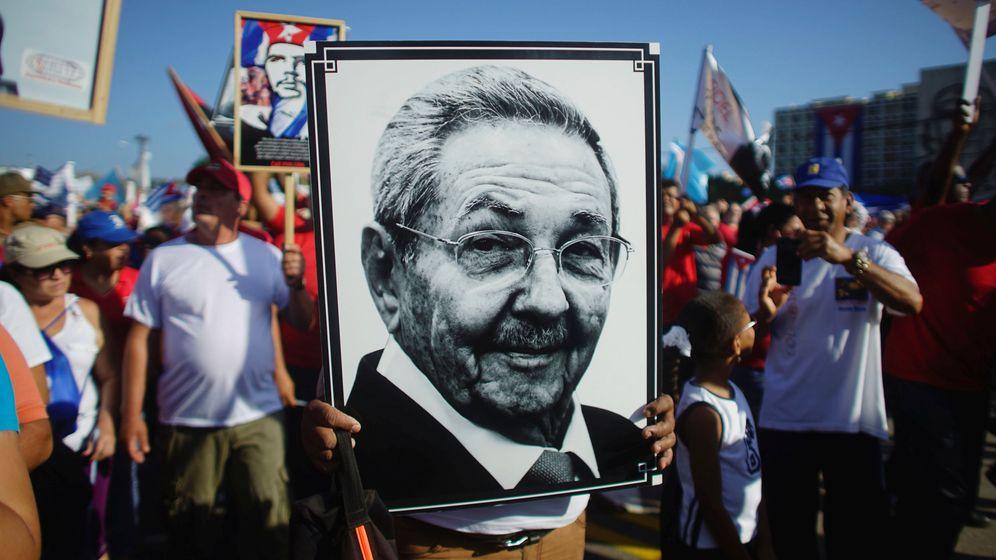 Foto: Un hombre enarbola un retrato del presidente Raúl Castro durante las celebraciones del Primero de Mayo en La Habana, en 2017. (Reuters)
