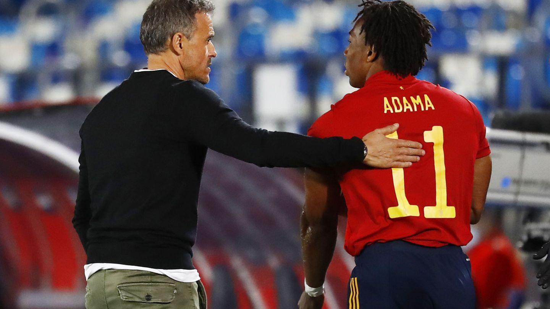 Luis Enrique saluda a Adama Traore en el España-Suiza. (REUTERS)