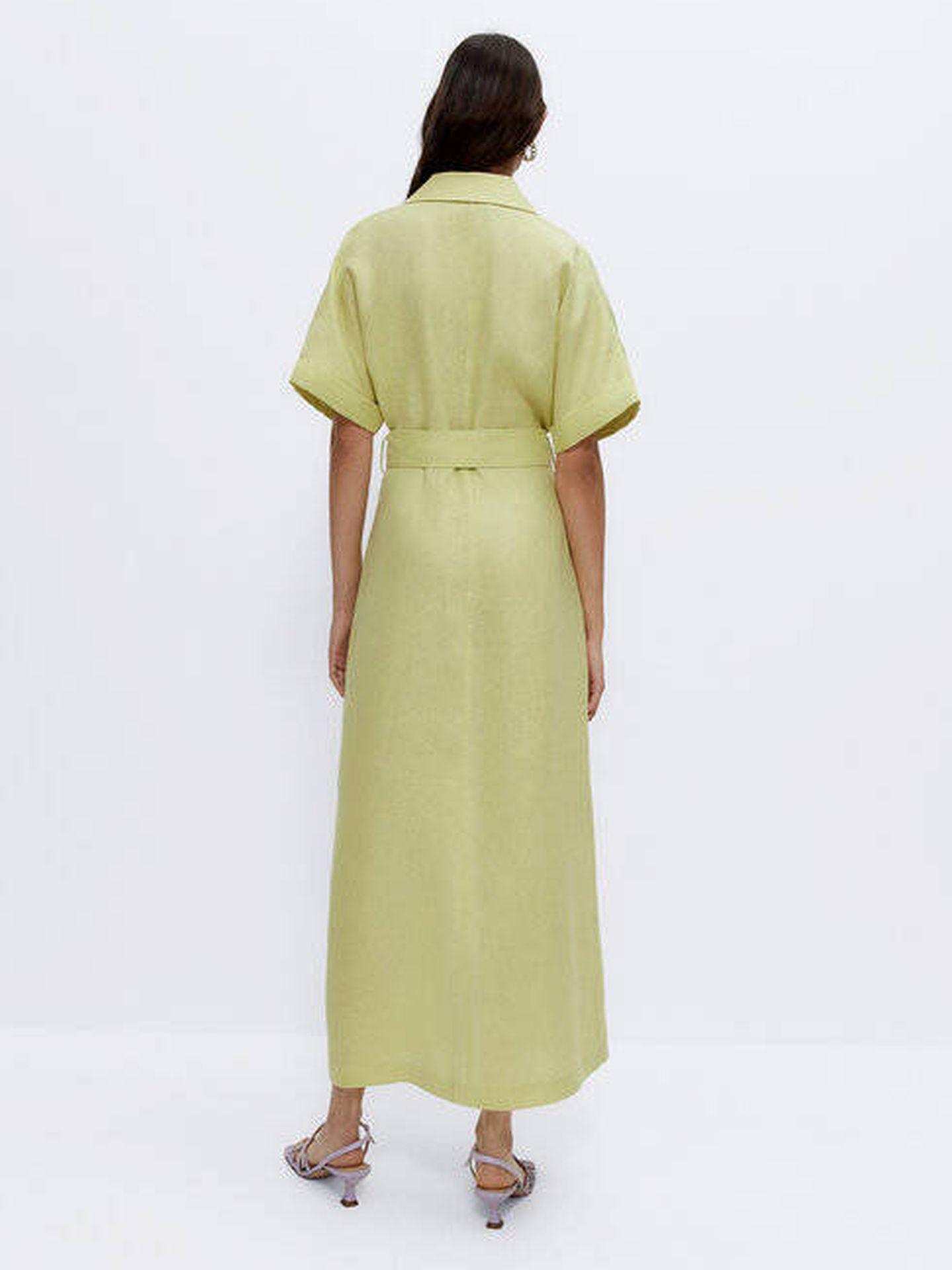 Vestido verde pastel de Uterqüe. (Cortesía)