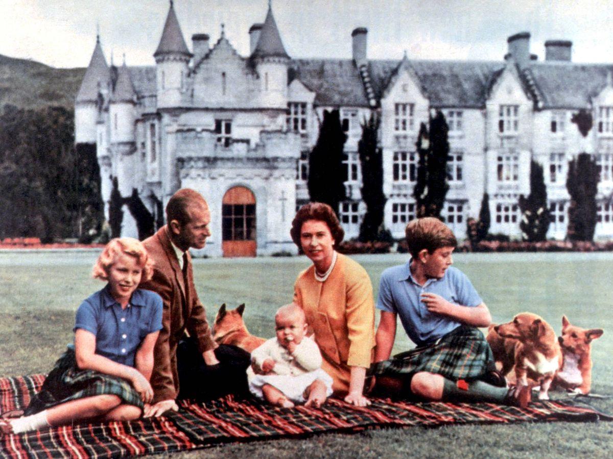 Foto: La reina Isabel, el duque de Edimburgo, y los príncipes Carlos, Ana y Andrés, en Balmoral. (Cordon Press)