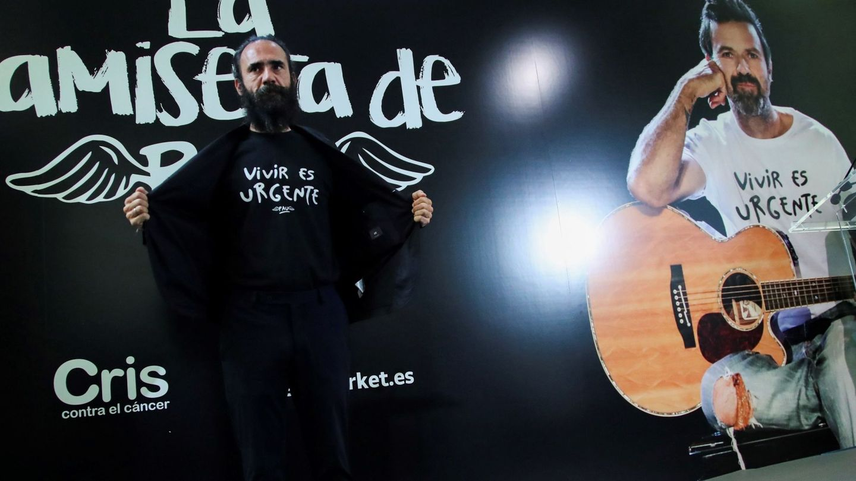El publicista y creador de la camiseta de Pau Donés, Jorge Martínez, durante la presentación. (EFE)