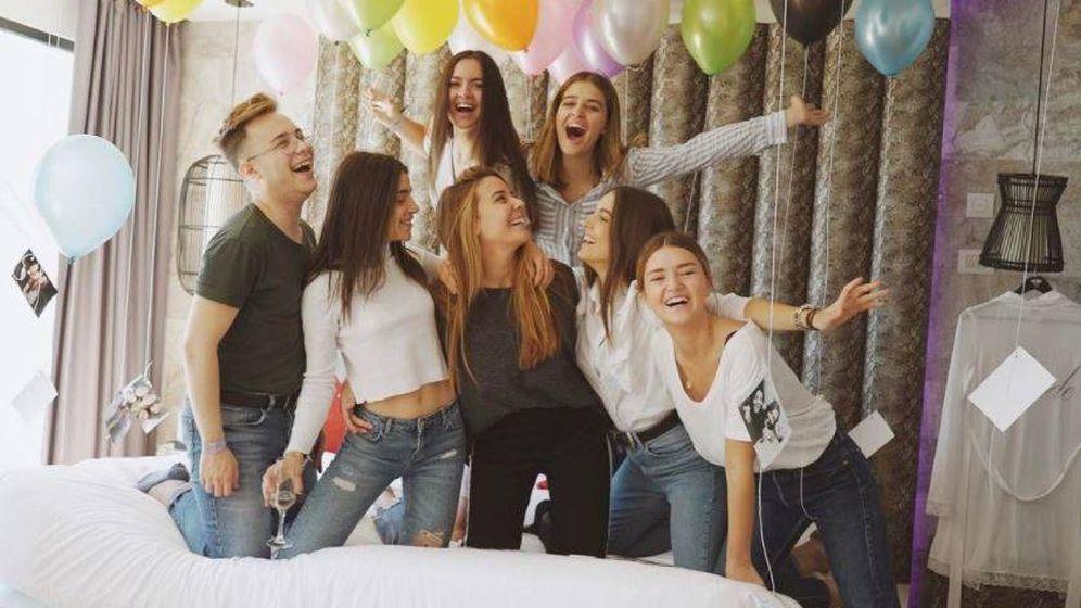 Foto: Laura Escanes y sus amigos en una imagen de Instagram.