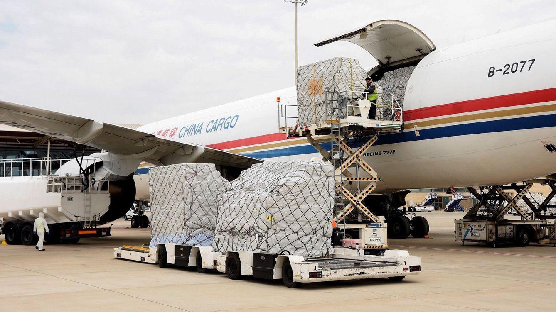 Foto: Descarga en el aeropuerto de Zaragoza del avión procedente de China con las primeras seis toneladas de material de protección adquirido directamente a empresas del país asiático. (EFE)
