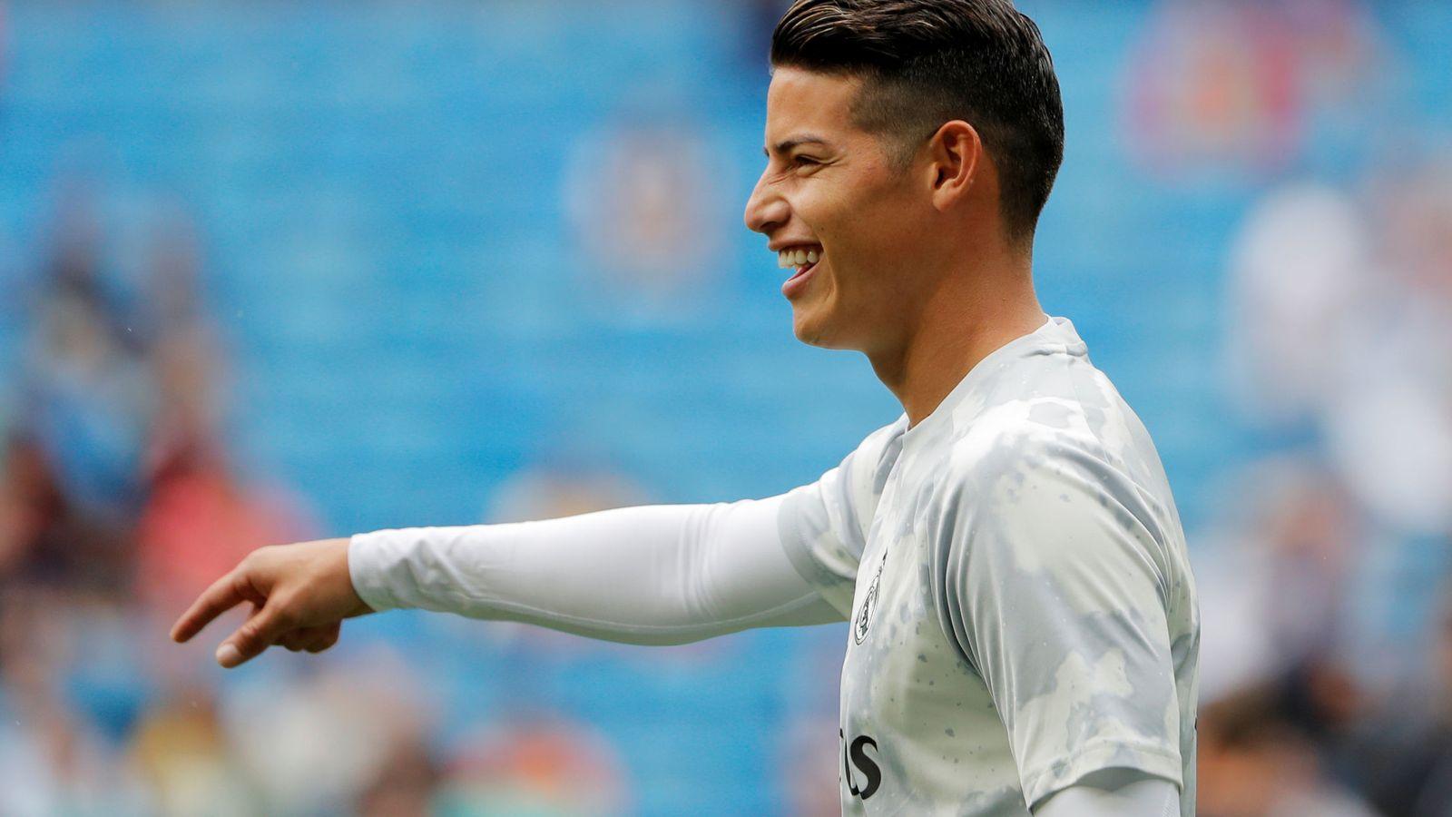 Foto: James sonríe en el calentamiento del partido antes de enfrentarse al Levante. (Efe)