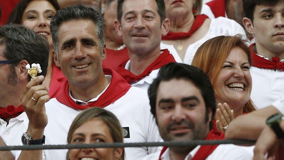 Foto: Miguel Indurain, el pasado viernes en los toros, en Pamplona, junto a su mujer Marisa. (EFE)