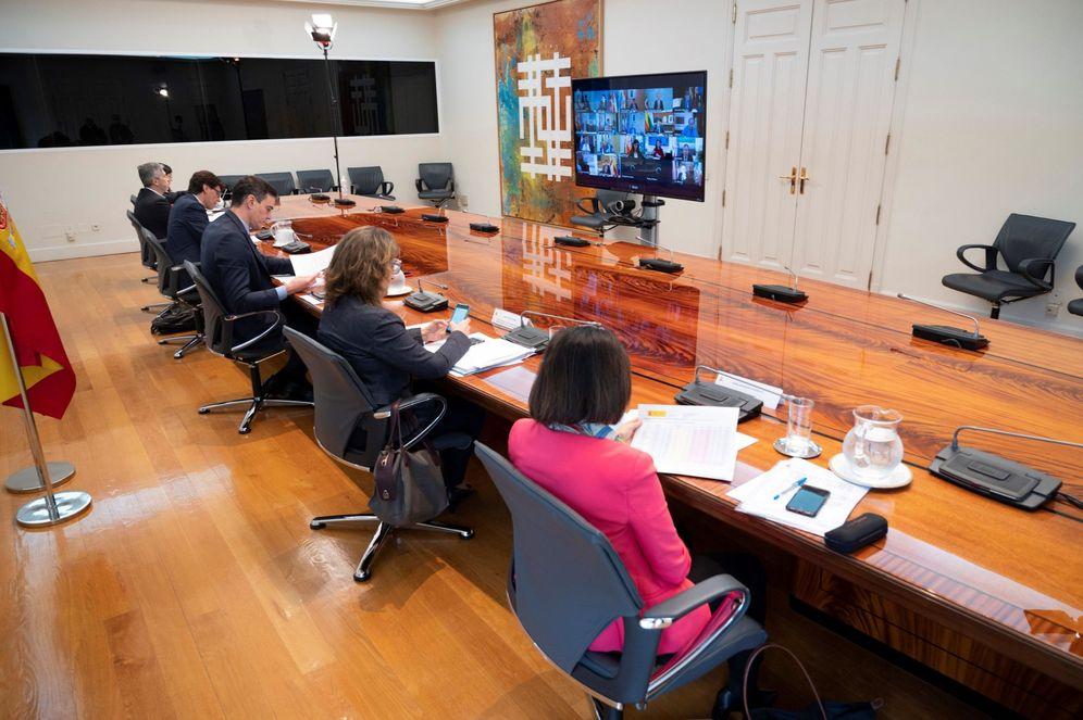 Foto: Pedro Sánchez, con sus ministros, durante la conferencia de presidentes de este 26 de abril. (Pool Moncloa)