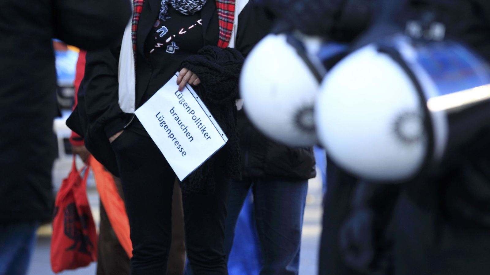 """Foto: Una mujer enarbola un cartel que dice """"Los políticos mentirosos necesitan una prensa mentirosa"""", durante una marcha de Pegida en Colonia, el 9 de enero de 2016 (Reuters)"""