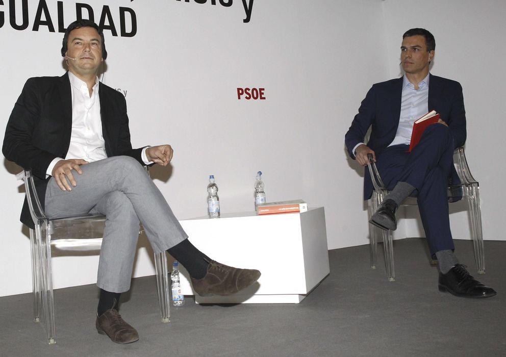 Foto: El secretario general del PSOE, Pedro Sánchez, junto al economista francés Thomas Piketty. (EFE)