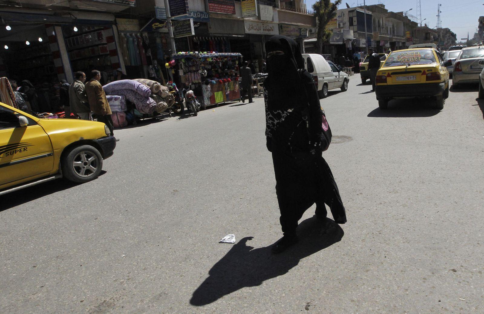 Foto: Una mujer con 'niqab' camina por las calles de Raqqa, la capital siria del autodenominado Estado Islámico, el 31 de marzo de 2014. (Reuters)