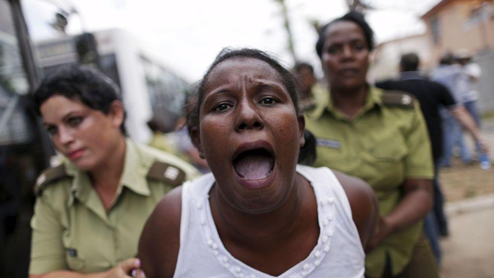 Foto: Una integrante del grupo disidente Damas de Blanco es detenida en 2016. (Reuters)