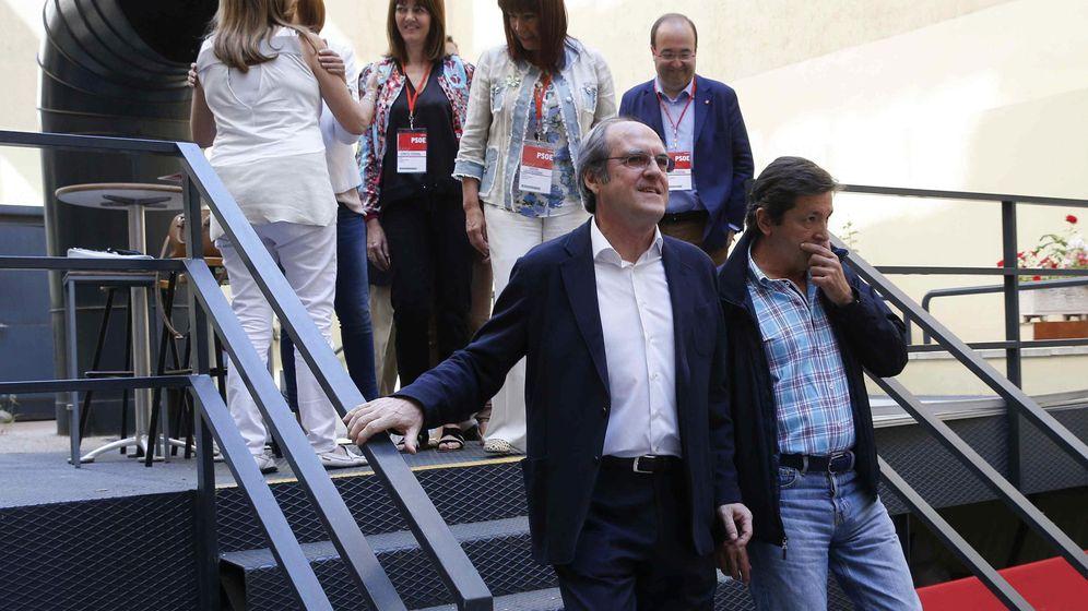 Foto: Ángel Gabilondo y Javier Fernández, en el comité federal del 30 de mayo de 2015. (EFE)