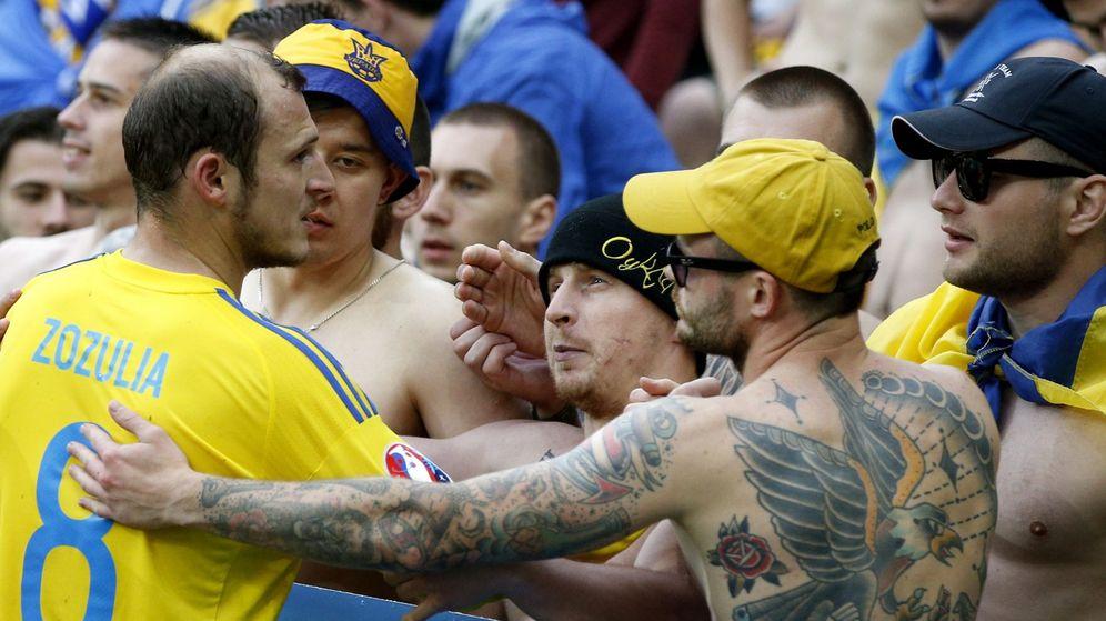 Foto: Roman Zozulya, con seguidores de la selección de Ucrania, durante la Eurocopa de Francia. (Reuters)