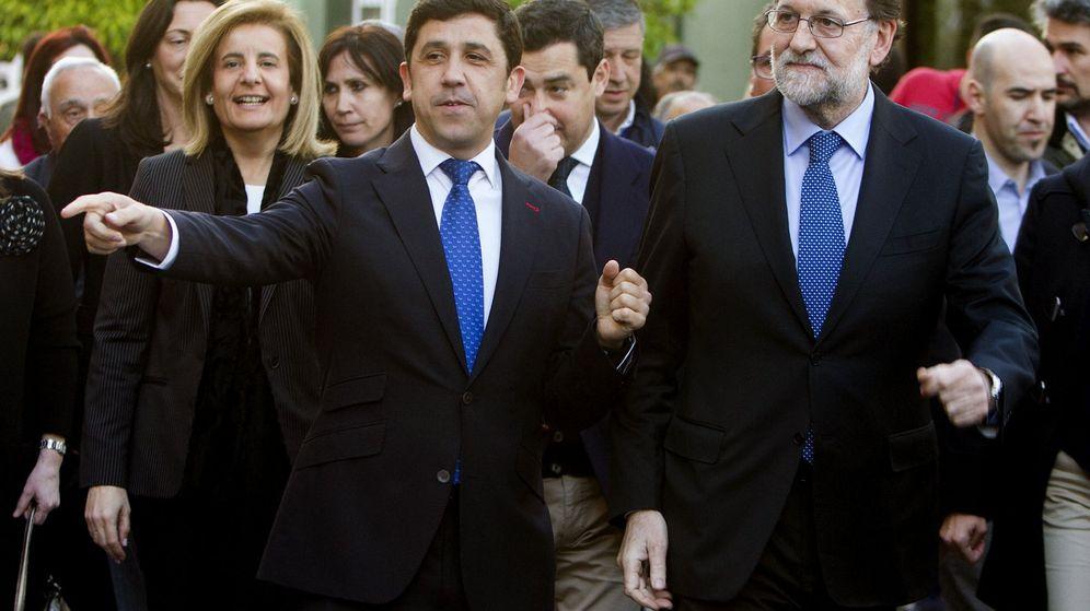 Foto: Fotografía de archivo del  vicepresidente del PP de Huelva, Alberto Fernández, y el expresidente del Gobierno Mariano Rajoy. (EFE)