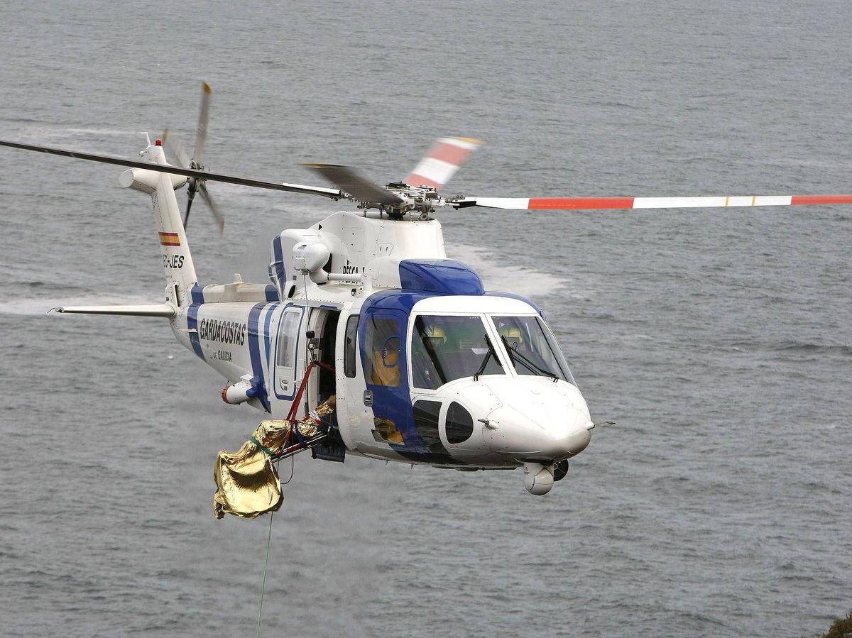 Foto: El equipo sanitario solicitó la ayuda del helicóptero del Servizo de Gardacostas de Galicia. (EFE)