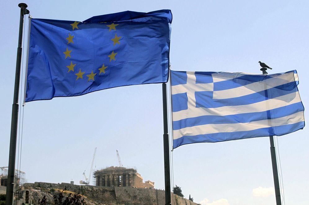 Foto: Una bandera griega y una de la Unión Europea ondean junto a la Acrópolis de Atenas. (EFE)