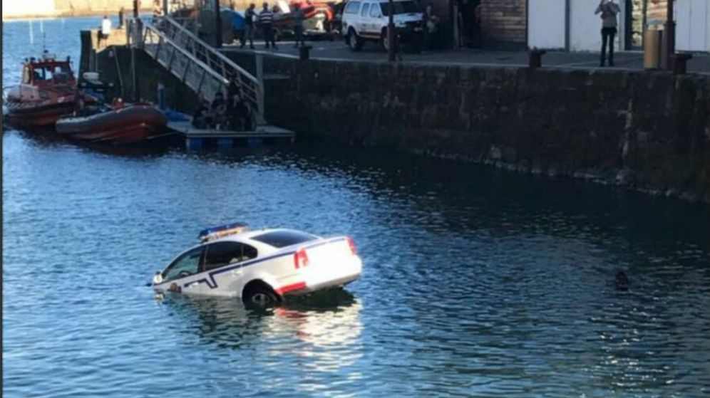 Foto: Un coche de la Ertzaintza, semihundido en el puerto de Donostia. (@VOSTeuskadi)