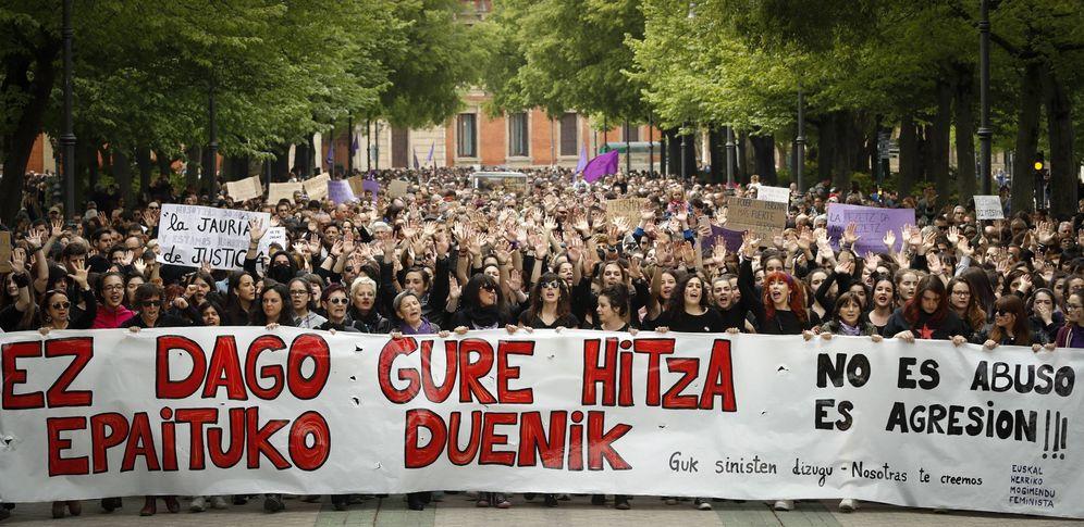 Foto: Miles de personas se manifiestan en Pamplona contra la sentencia de La Manada. (EFE)