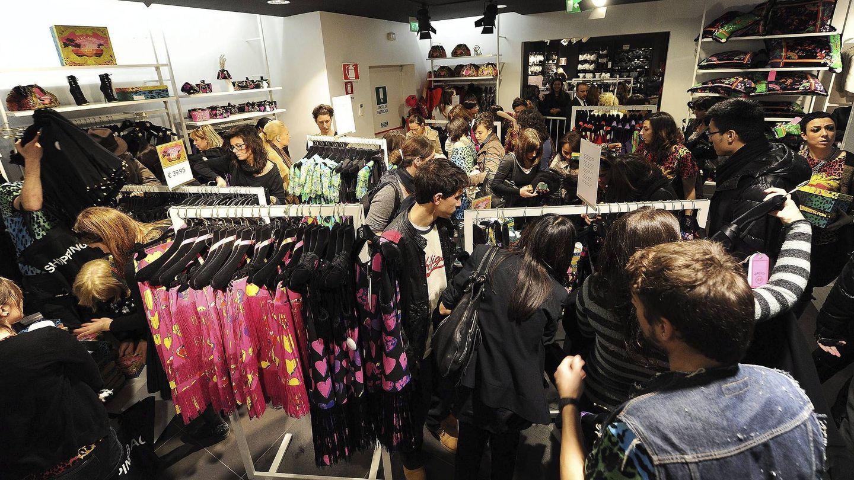 Las tiendas de moda ya han empezado a dar salida al excedente tras una temporada floja. (EFE)