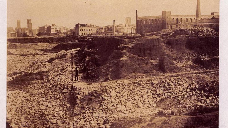 Vista del derribo de la muralla de tierra en 1845, al fondo la iglesia de Santa Anna.
