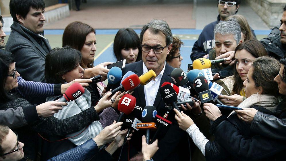 Foto: El expresidente de la Generalitat, Artur Mas, atiende a los medios. (EFE)