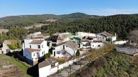Siete casas, piscina y pista de tenis, un poblado a la venta en Lleida por 1 millón