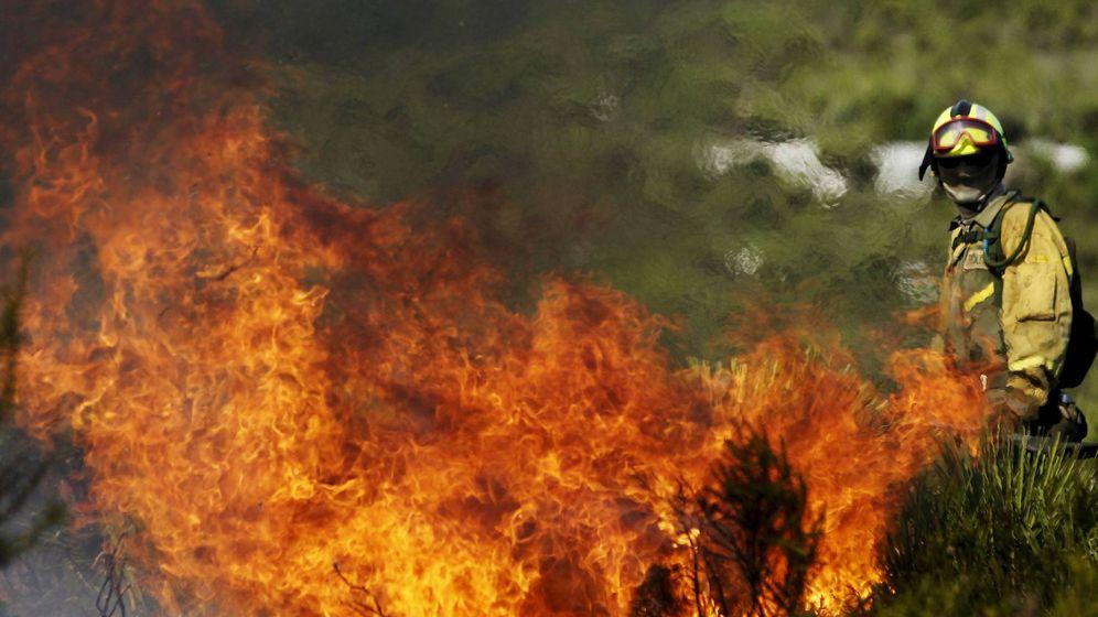 Foto: Un brigada de refuerzo en un incendio forestal (BRIF) de Daroca (Zaragoza) lucha contra el fuego en el monte. (2010 / EFE)