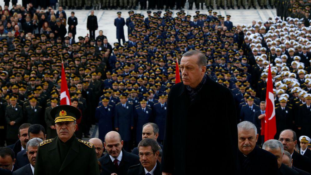 Foto: El presidente turco Erdogan frente a miembros de las Fuerzas armadas durante la celebración del aniversario de la muerte de Atatürk, el 10 de noviembre de 2016 (Reuters)