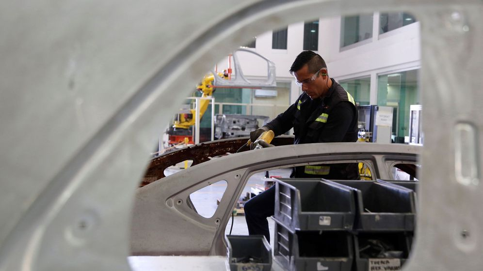 Foto: Fotografía de archivo fechada el 22 de agosto de 2019 que muestra a un trabajador de Grupo Plasma Automotive (GPA). (EFE)