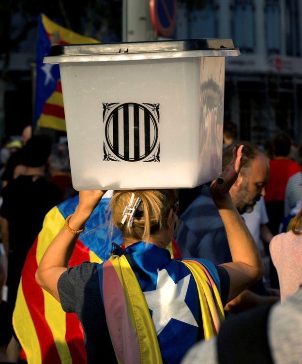 Foto: Una mujer sostiene una urna del referéndum. (EFE)