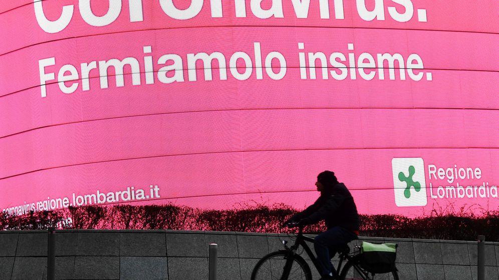 Foto: Un cartel en Milán que reza: Coronavirus, detengámoslo juntos. (Reuters)