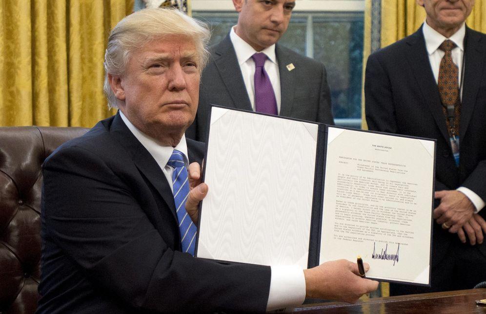 Foto: Trump firma una orden para sacar a EEUU del acuerdo comercial TPP. (EFE)