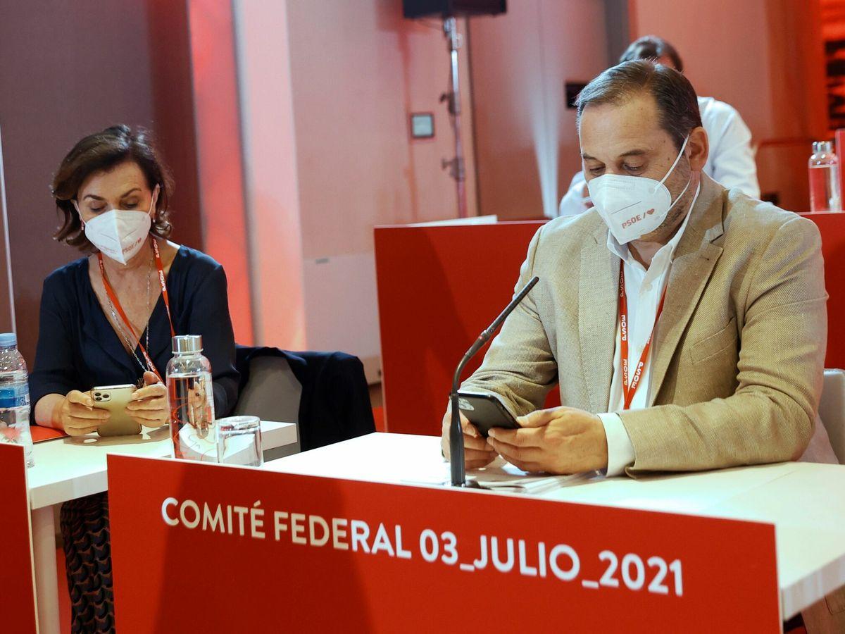Foto: La vicepresidenta primera del Gobierno, Carmen Calvo, y el ministro de Transportes, José Luis Ábalos, en la última reunión del Comité Federal del PSOE. (EFE)