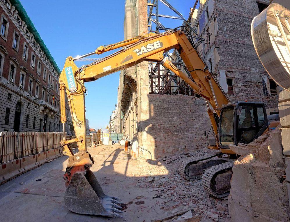 Foto: Una excavadora destruye el interior de uno de los edificios de Canalejas, en Madrid. (MADRID CIUDADANÍA Y PATRIMONIO)