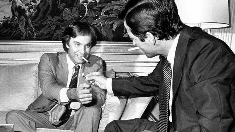 Felipe González y Adolfo Suárez durante una reunión en la Moncloa en 1977. (EFE)