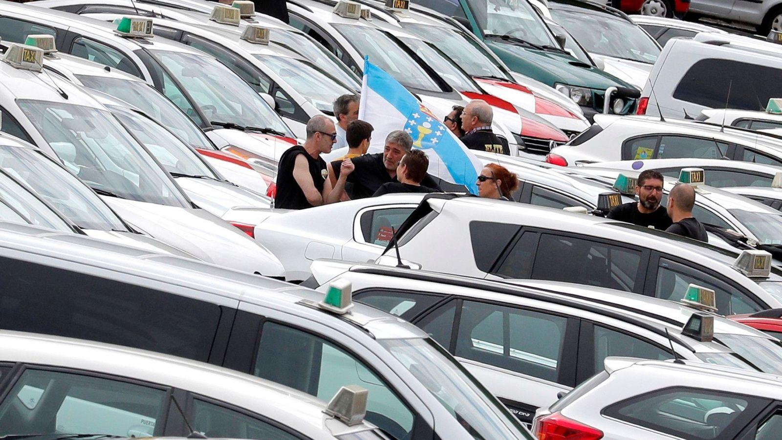 Foto: Varios taxistas de Santiago de Compostela continúan con la huelga para protestar por la situación laboral creada tras la concesión de las licencias VTC. (EFE)