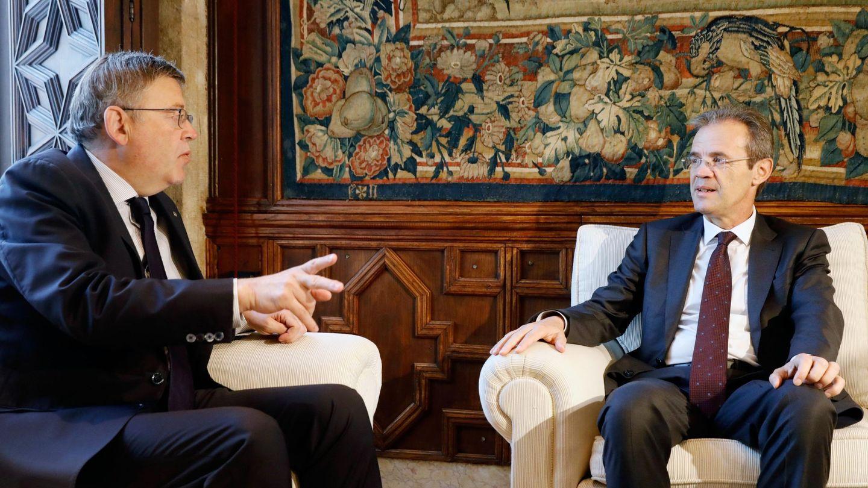Ximo Puig (i) conversa con el presidente de CaixaBank, Jordi Gual. (EFE)