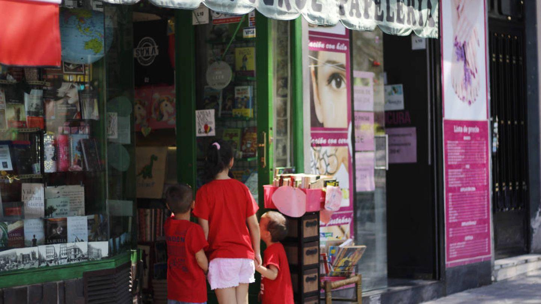 Unos niños se acercan curiosos a ver los libros de La Verde. (J. B.)