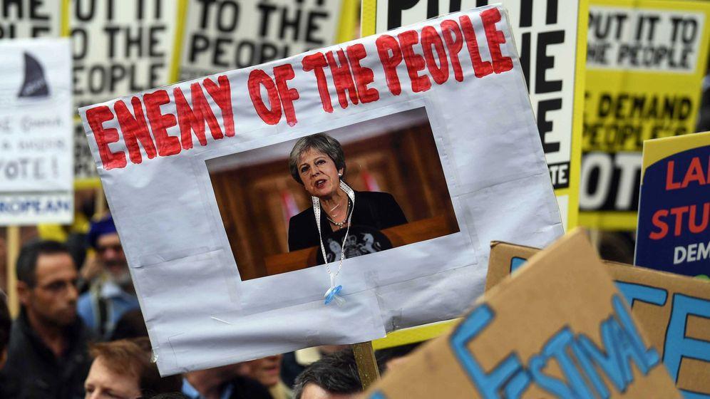 Foto: Pancarta denominando a Theresa May enemiga del pueblo durante la marcha anti-Brexit de este sábado. (EFE)