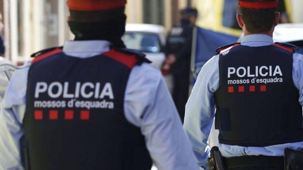 Foto: Dos agentes de los Mossos, de espaldas. (EFE)