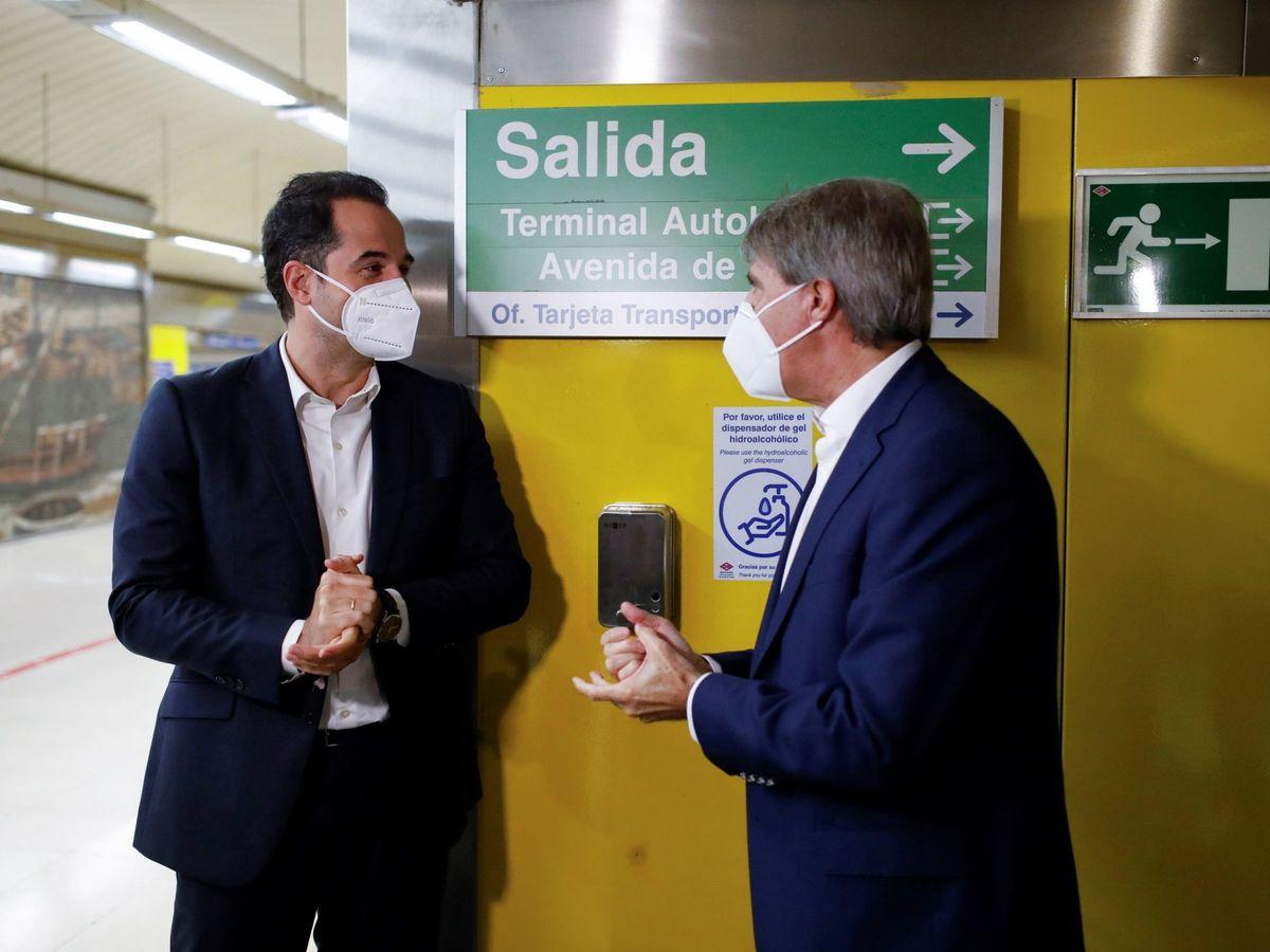 Foto: Aguado, Garrido y el dispensador. (EFE)