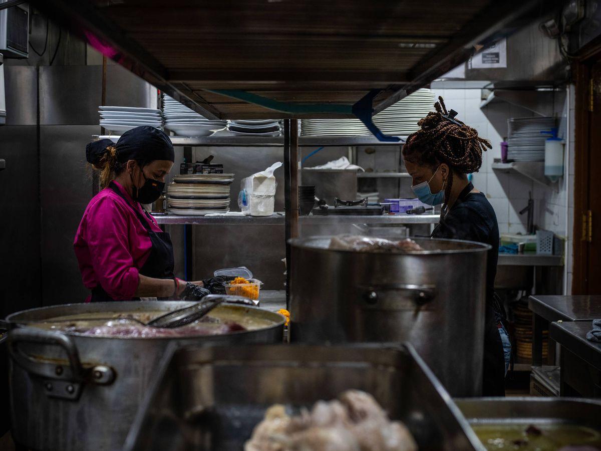 Foto: La cocina de Dudua Palacio empieza a funcionar a las 10 de la mañana y no para hasta el mediodía. (Carmen Castellón)