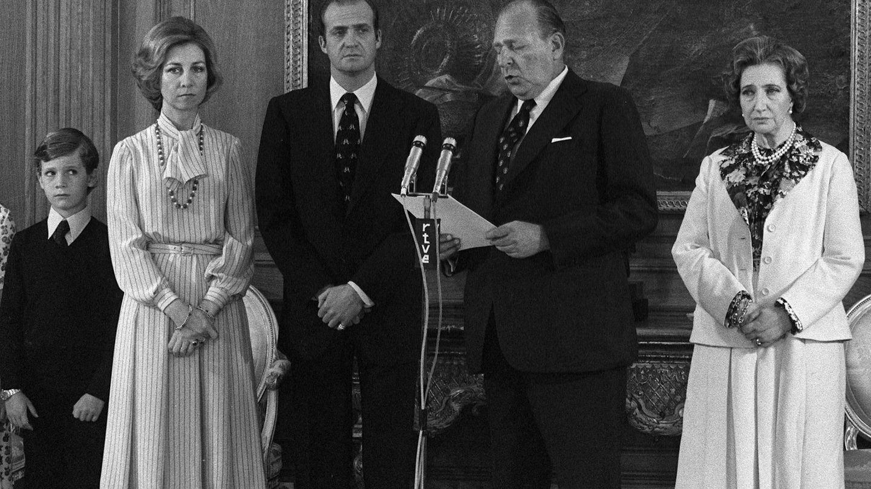 De izquierda a derecha: el príncipe Felipe, la reina Sofía, el rey Juan Carlos y los condes de Barcelona. (EFE)