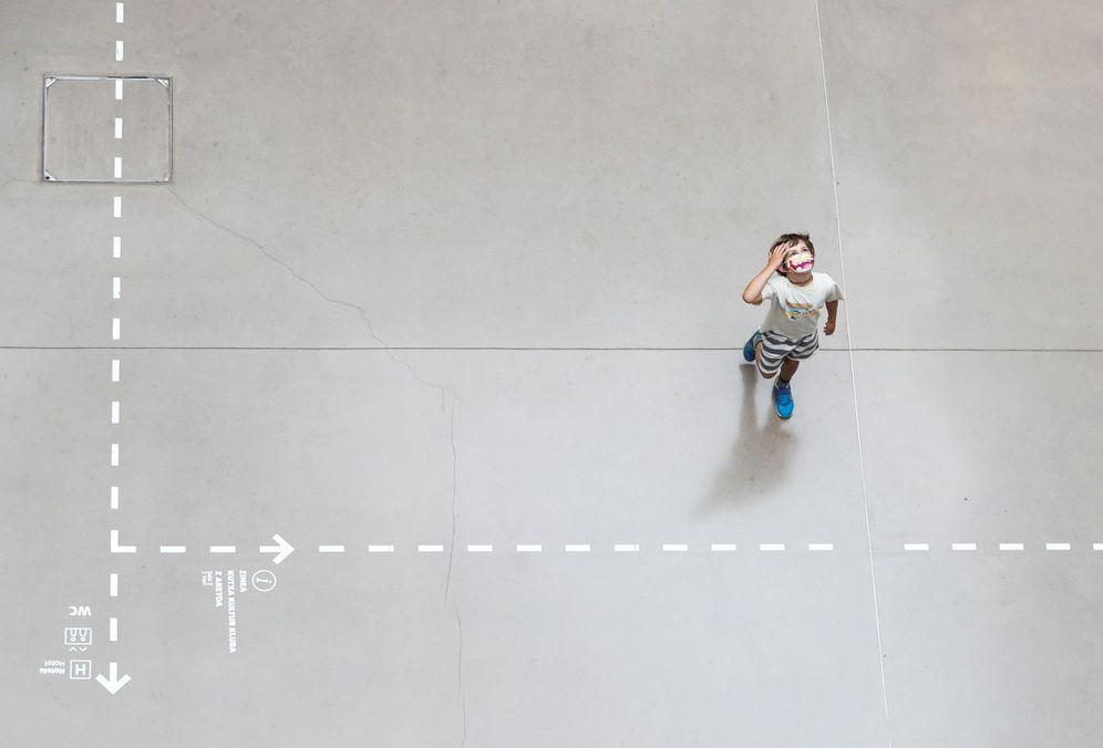 Foto: Un niño con mascarilla en el centro cultural Tabakalera de San Sebastián. (EFE)