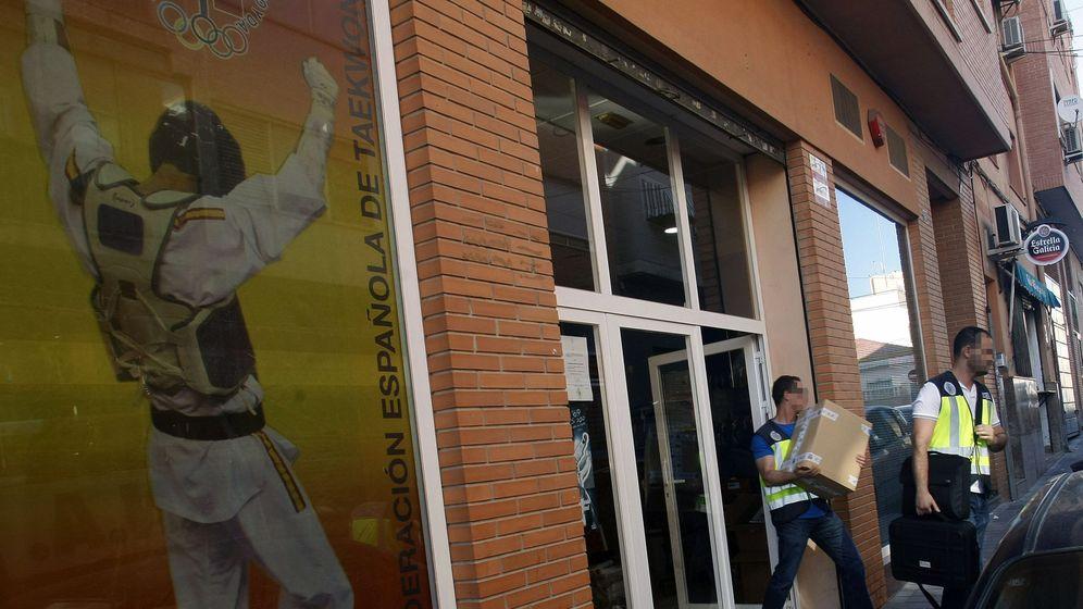 Foto: Agentes de la UDEF, tras el registro efectuado a la sede de la Federación Española de Taekwondo en Alicante. (EFE)