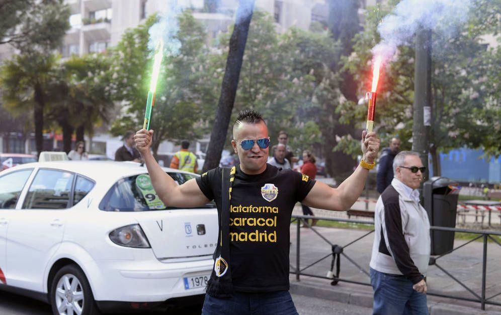 Foto: Uno de los representantes de la asociación Élite Taxi Madrid, durante la huelga del pasado 26 de abril en la capital. (EFE)